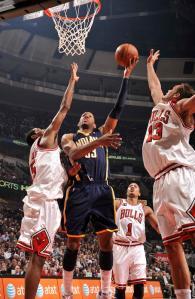 Granger faz bandeja no meio de três defensores (Randy Belice/NBAE via Getty Images)