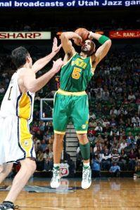 Boozer, dono de 35 pontos e 13 rebotes, arremessa frente Foster (Foto de Melissa Majchrzak/NBAE/Getty Images)